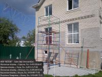 Ремонт части фасада здания с помощью строительной передвижной вышки
